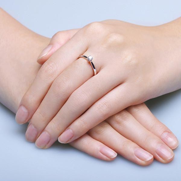 đeo nhẫn ngón giữa tay trái