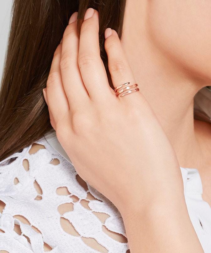đeo nhẫn ngón út đẹp