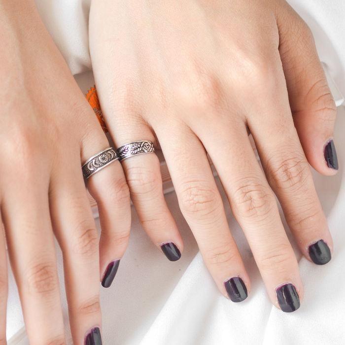 đeo nhẫn ngón út phong thủy