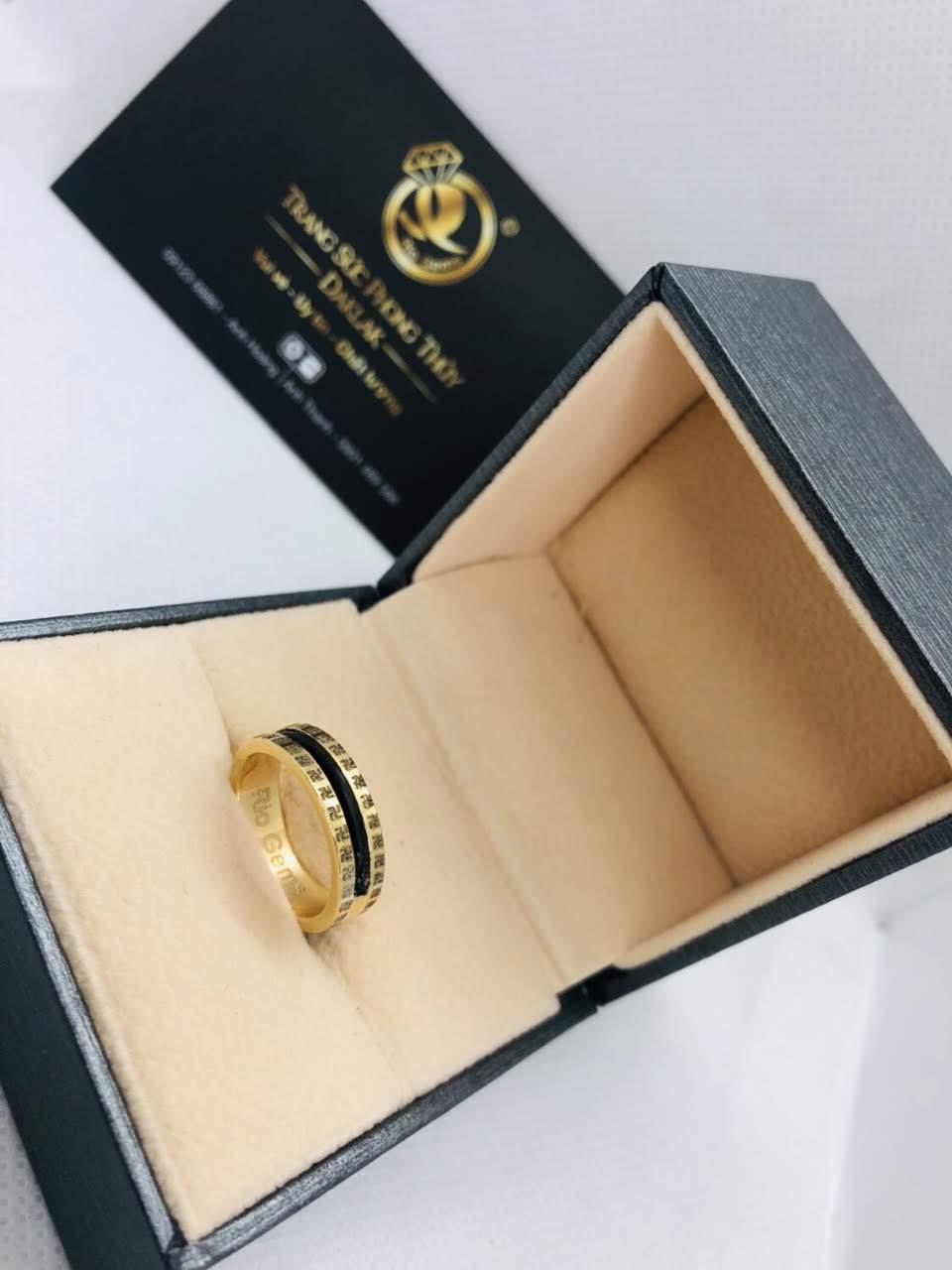 đeo nhẫn ngón giữa ý nghĩa gì