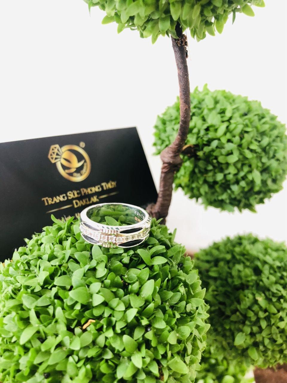 nhẫn lông voi vàng trắng đính 1 hàng đá tấm trắng