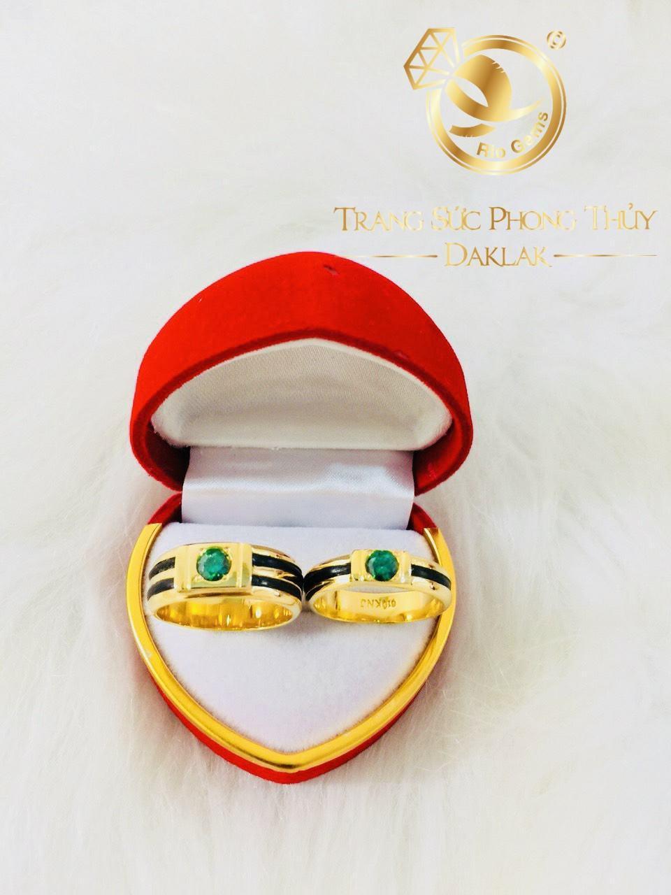 Cặp Nhẫn cưới vàng 18K đính CZ xanh lá