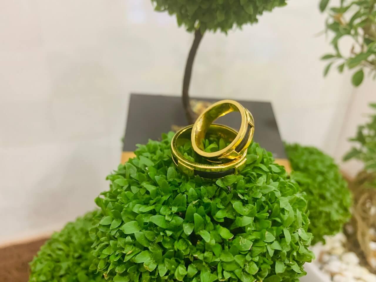 Cặp nhẫn 1 sợi lông fake 4 chấu vàng 18K