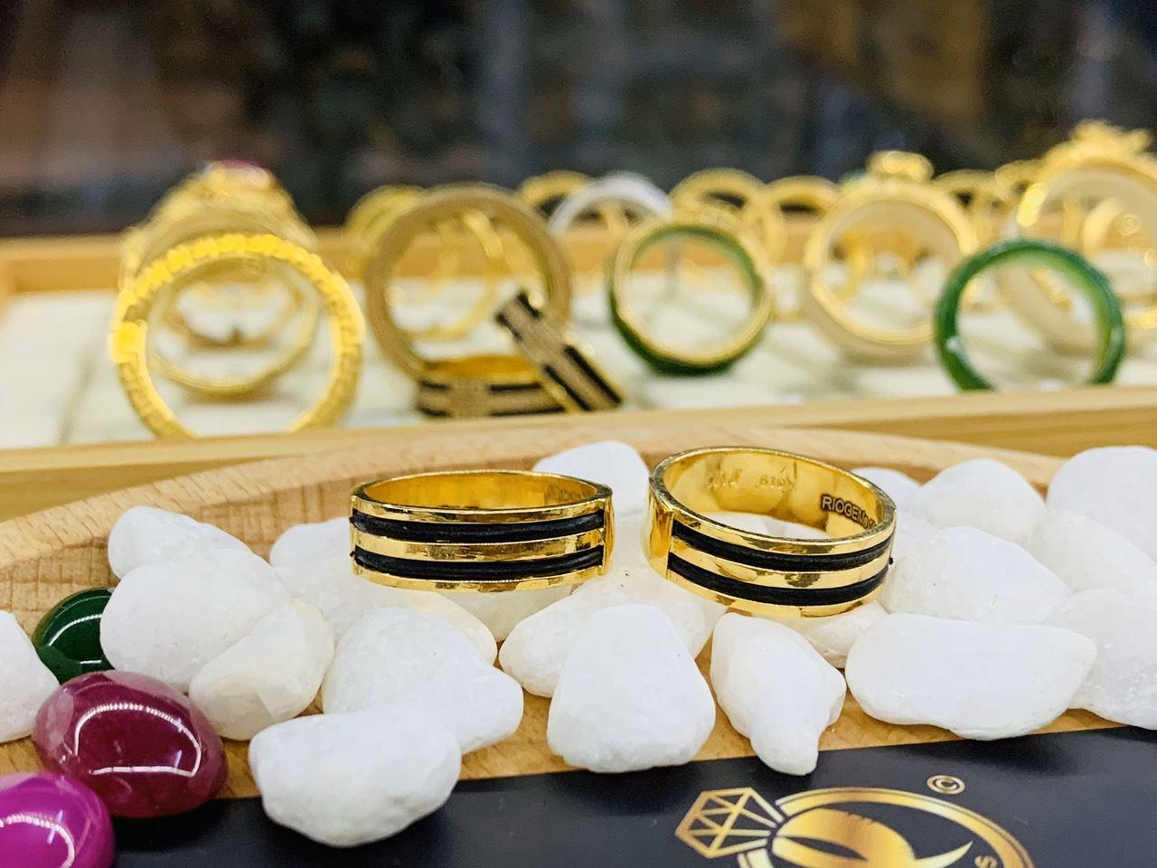 Cặp nhẫn 2 lông làm tay vàng 18K khắc tên tại xưởng Riogems