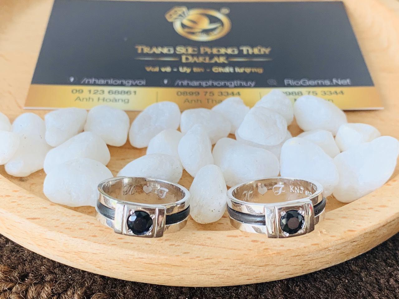 Cặp nhẫn vàng trắng đính đá Sapphire đen tự nhiên