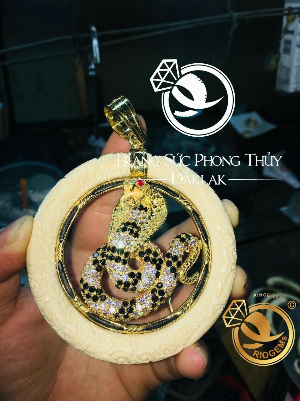 Mat day-chuyen-Mang-xa-dinh-da-vang-phong-thuy-RIOGEMs