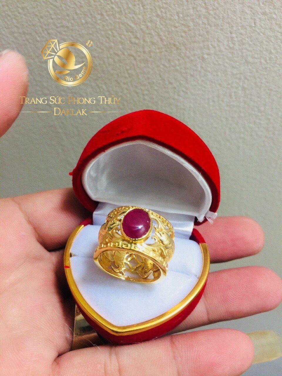 Nhẫn vàng 18K 2 cá chép chầu ngọc Ruby
