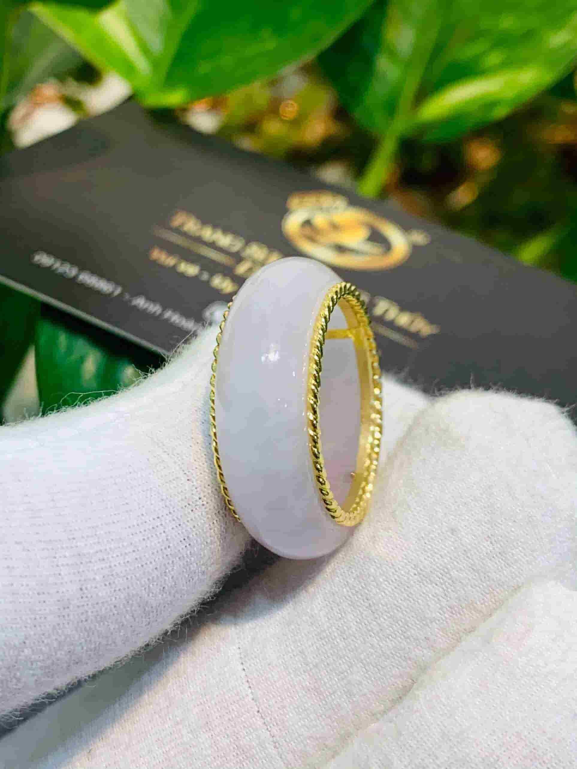 Nhẫn Bạch Ngọc bọc vàng xoắn kép