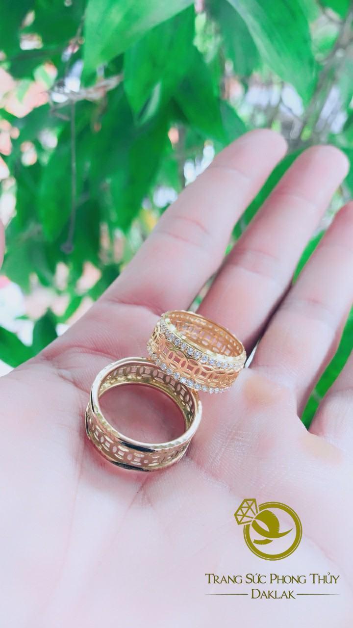 Nhẫn Kim Tiền nữ vàng 18K đính ngọc trắng - Bảng 9mm (lông FAKE)
