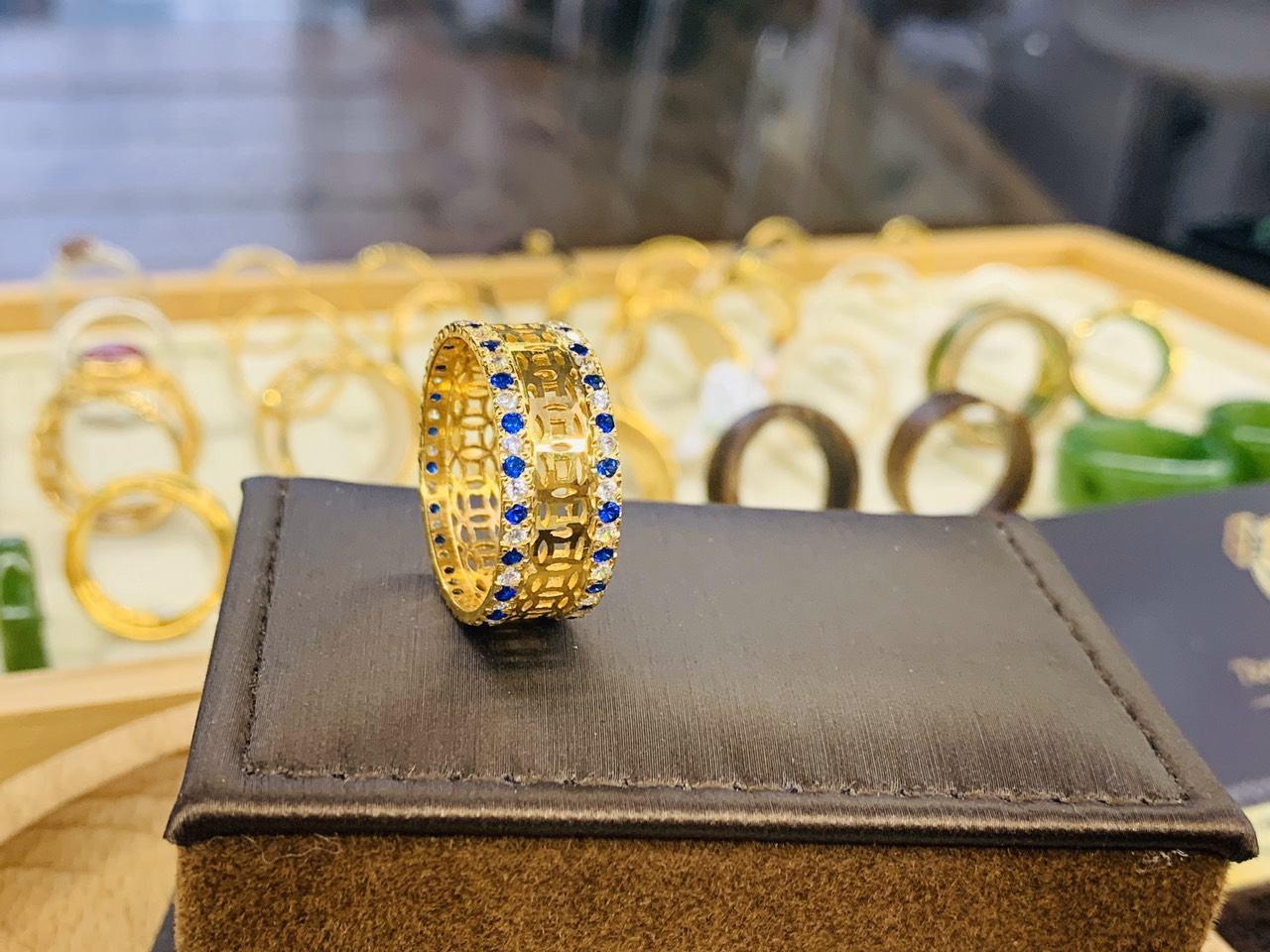 Nhẫn Kim Tiền vàng 18K 2 hàng đá xanh dương RIOGEMS