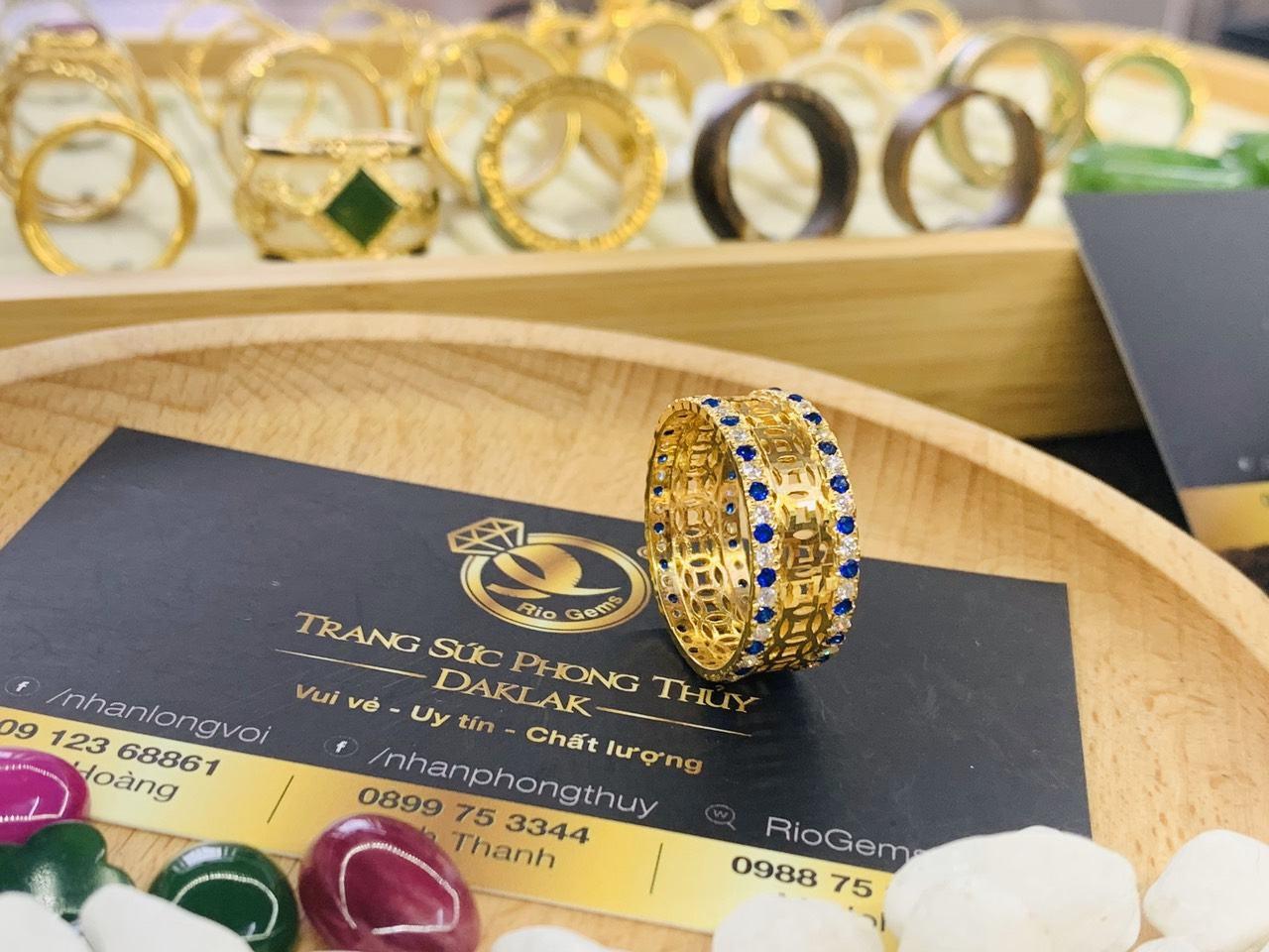 Nhẫn Kim Tiền vàng 18K 2 hàng đá xanh dương