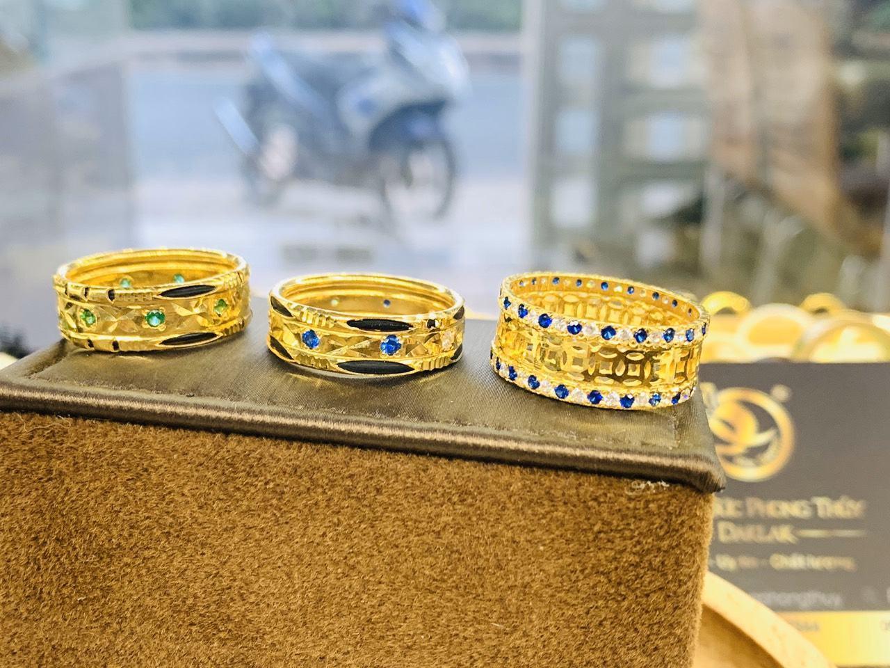 Nhẫn Kim Tiền vàng chạy 2 hàng đá xanh dương