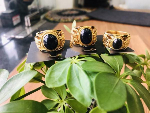 Nhẫn Rồng Rồng vàng 18K tranh ngọc Sapphire đen Phan Thiết 2 viền lông FAKE