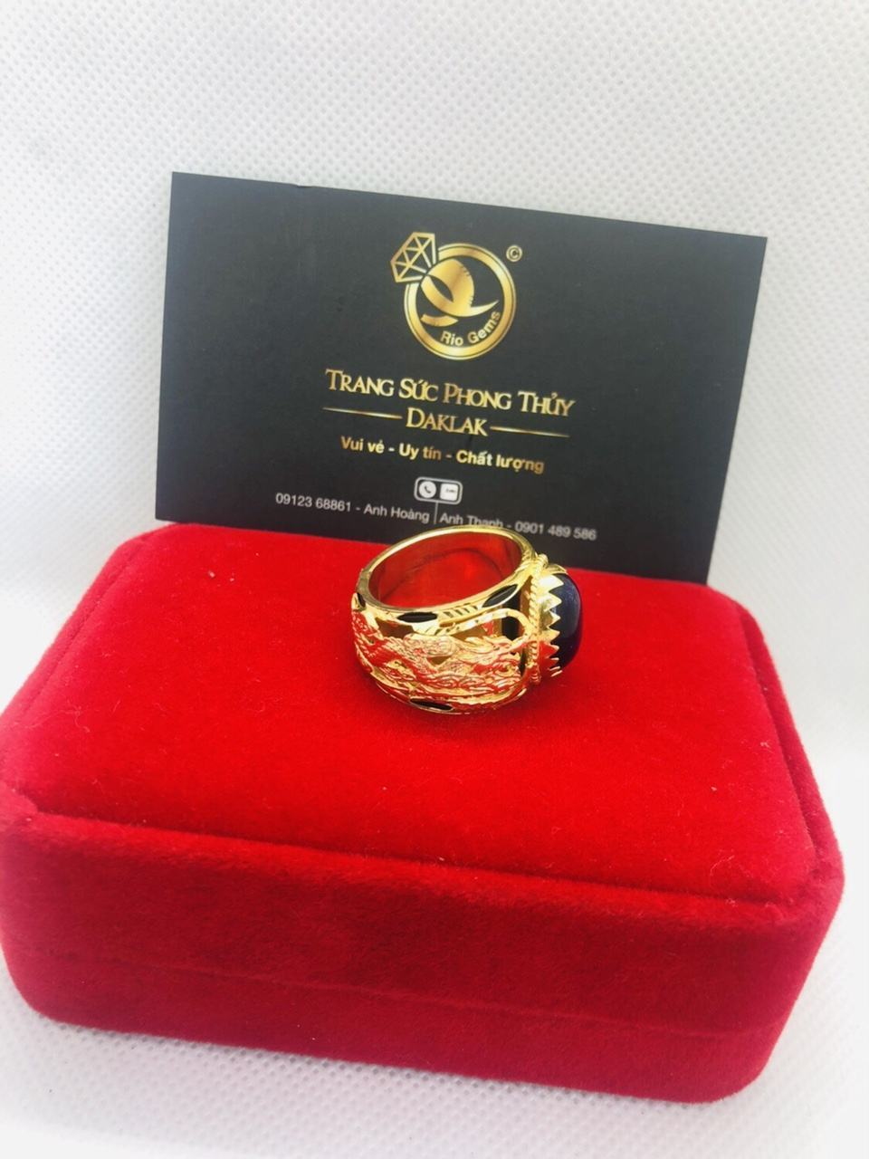 Nhẫn Rồng vàng 18K chầu ngọc Sapphire đen Riogems
