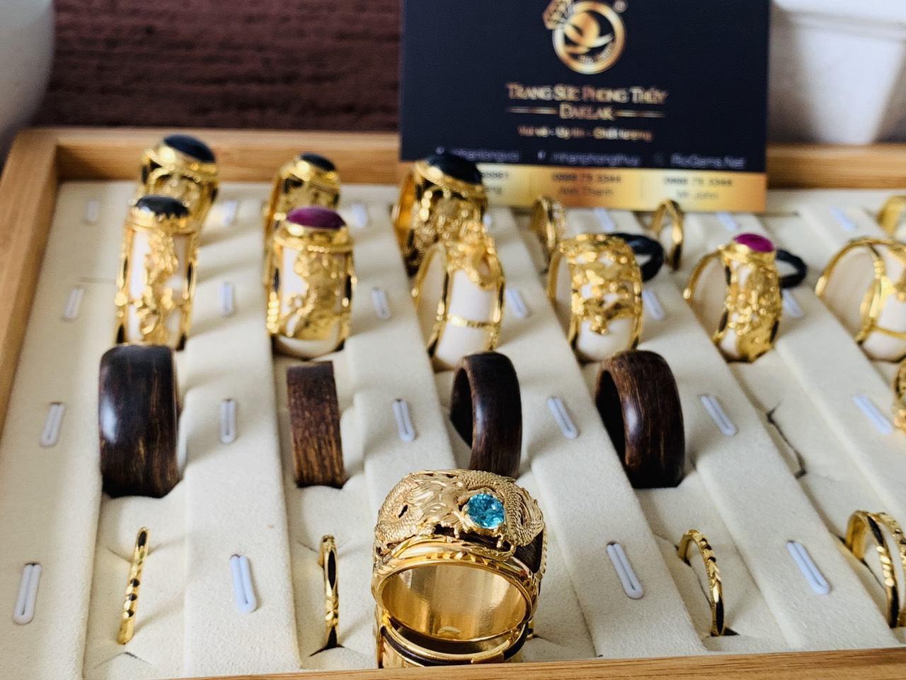 Nhẫn phong thủy Trầm Hương bọc rồng vàng Riogems