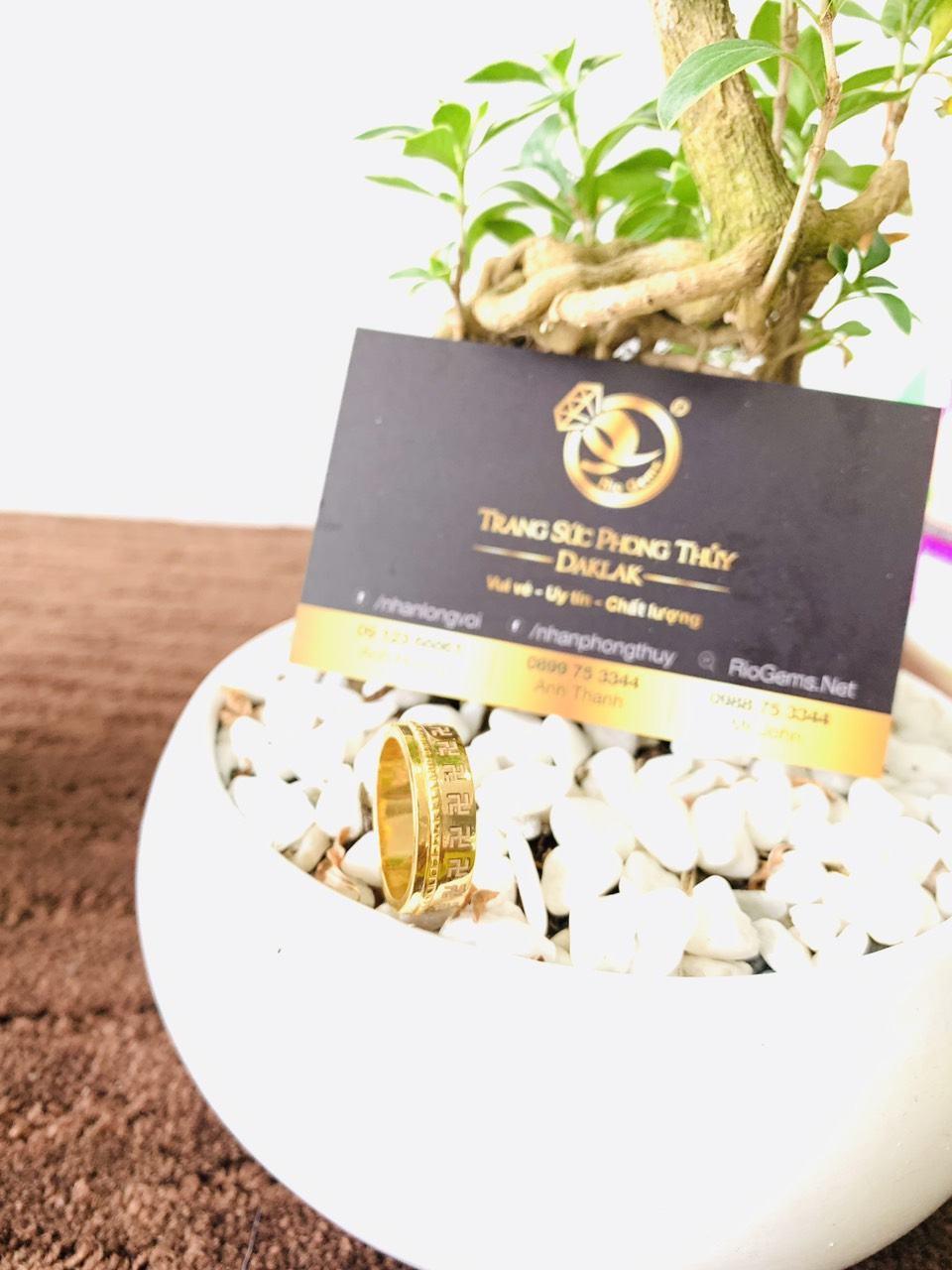 Nhẫn phong thủy 1 hàng chữ VẠN vàng 18K Riogems
