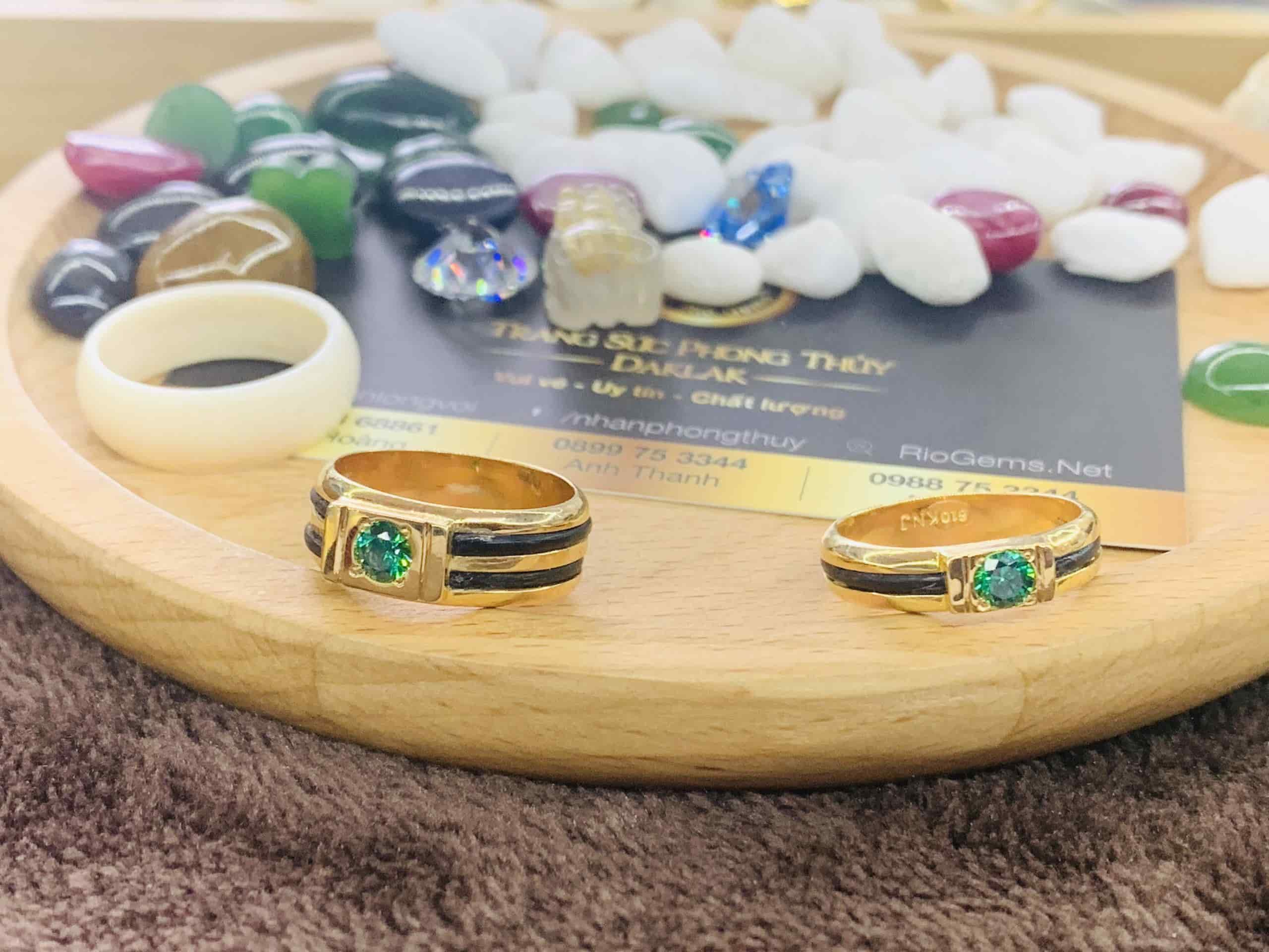 Nhẫn cưới vàng 18K đính đá CZ xanh lá