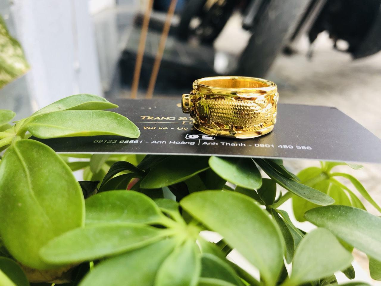 Nhẫn nam 2 cá chép vàng đính ngọc Cz đen