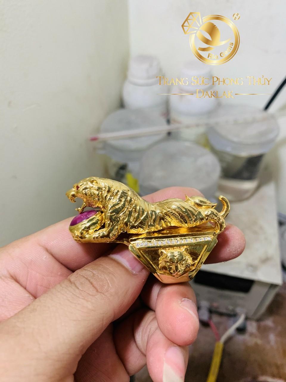 Nhẫn nam phong thủy cọp vồ 2 cây vàng đính Ruby Riogems