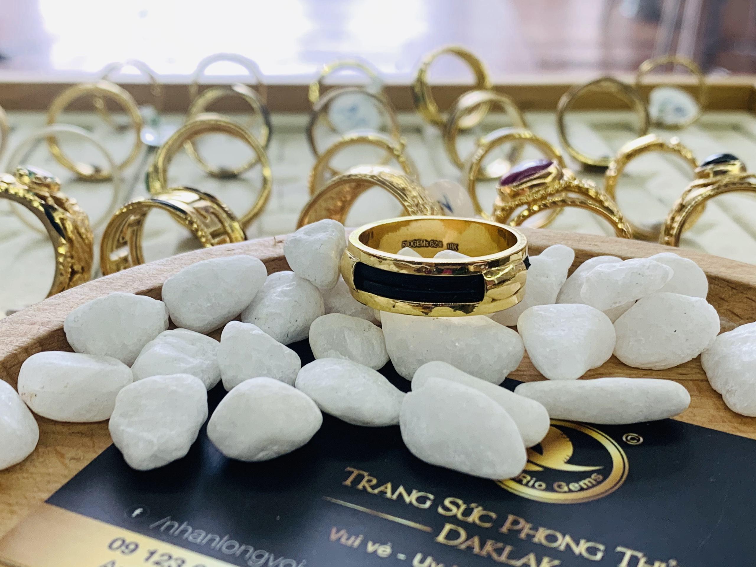 Nhẫn nam làm tay 2 sợi chung vàng 18K - Bảng vuông 6 mm (lông FAKE)
