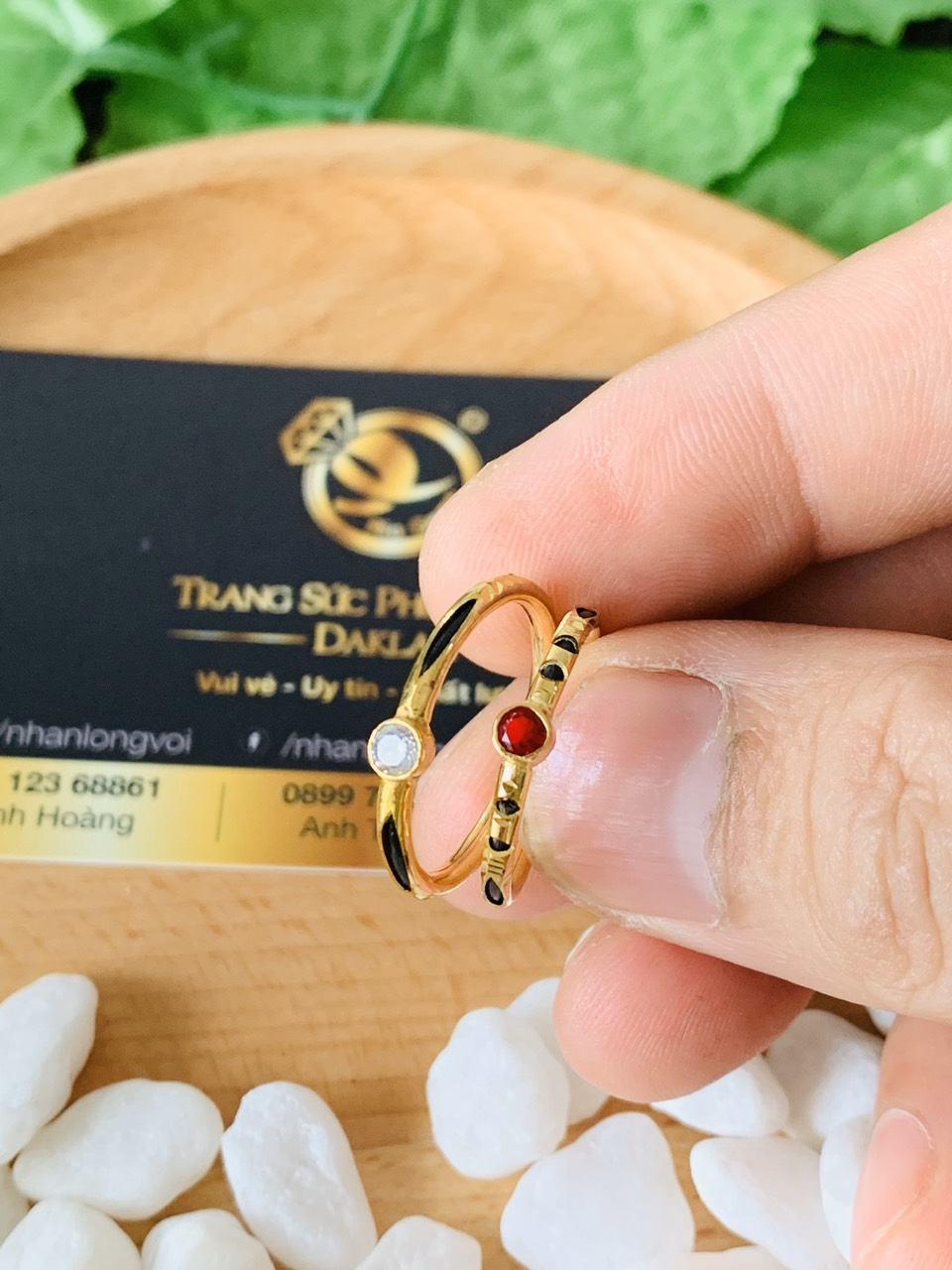 Nhẫn nữ vàng 18K đính đá đơn giản (lông FAKE)