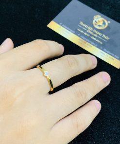 Nhẫn nữ vàng 18K đơn giản đính đá Cz tấm 2li hợp mệnh KIM, mệnh THỦY (lông FAKE)