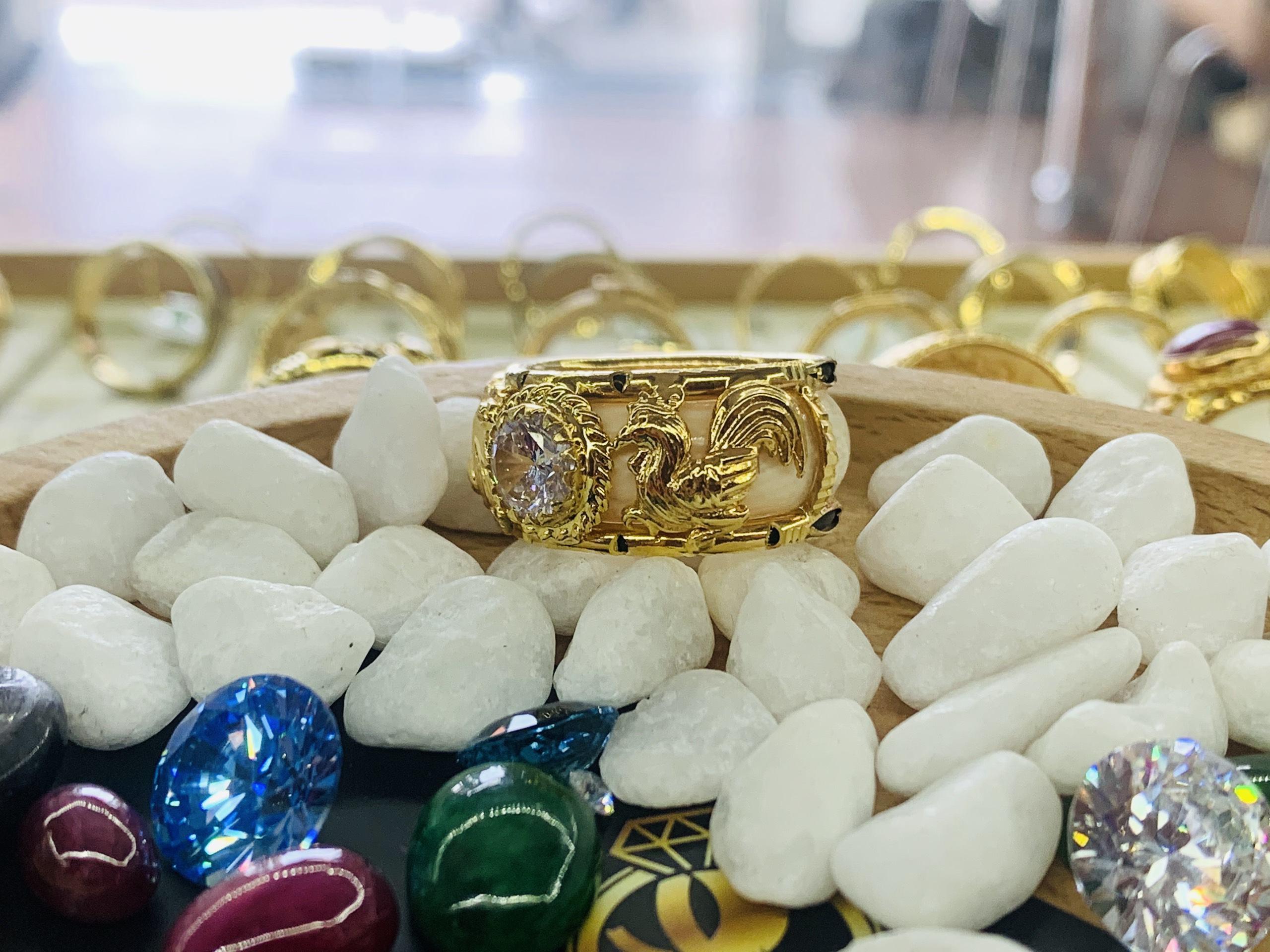 Giấy phổ vàng Nhẫn 2 gà vàng chầu ngọc trắng phong thủy mệnh Kim.jpg