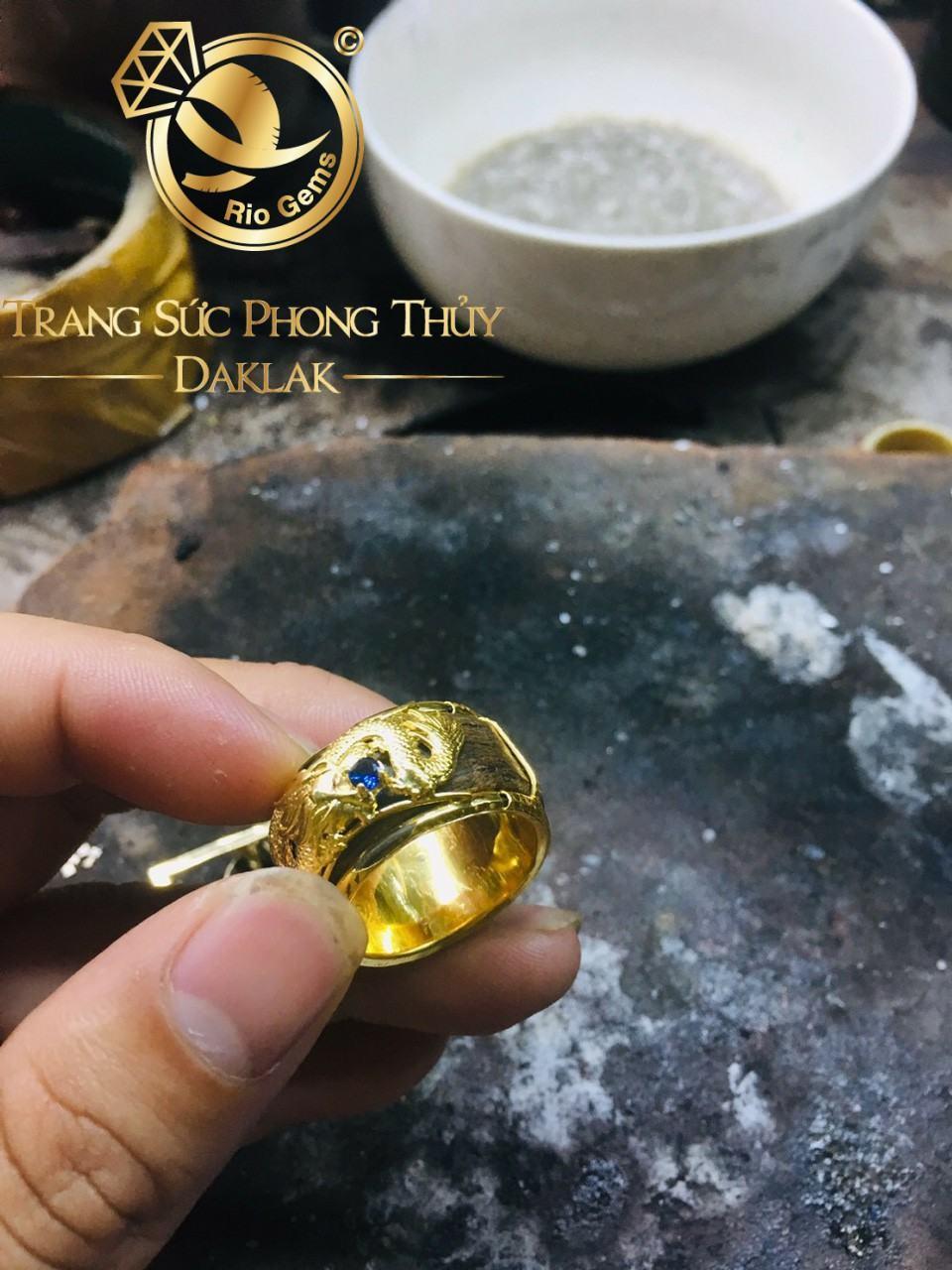 Nhẫn Trầm Hương bọc rồng vàng cuộn ngang (vàng 18K) ngậm ngọc Cz xanh ngọc