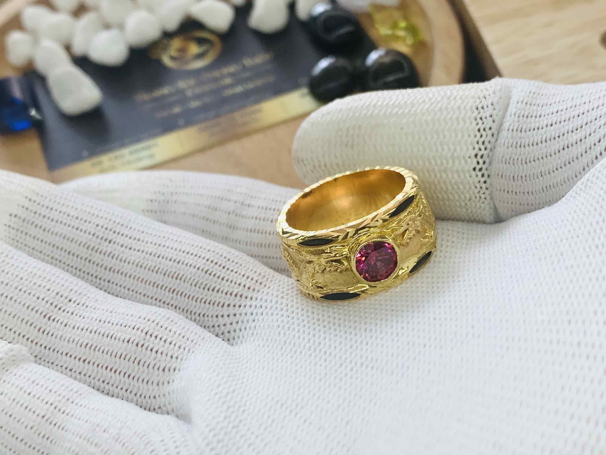 Nhẫn vàng chạm hình Rồng
