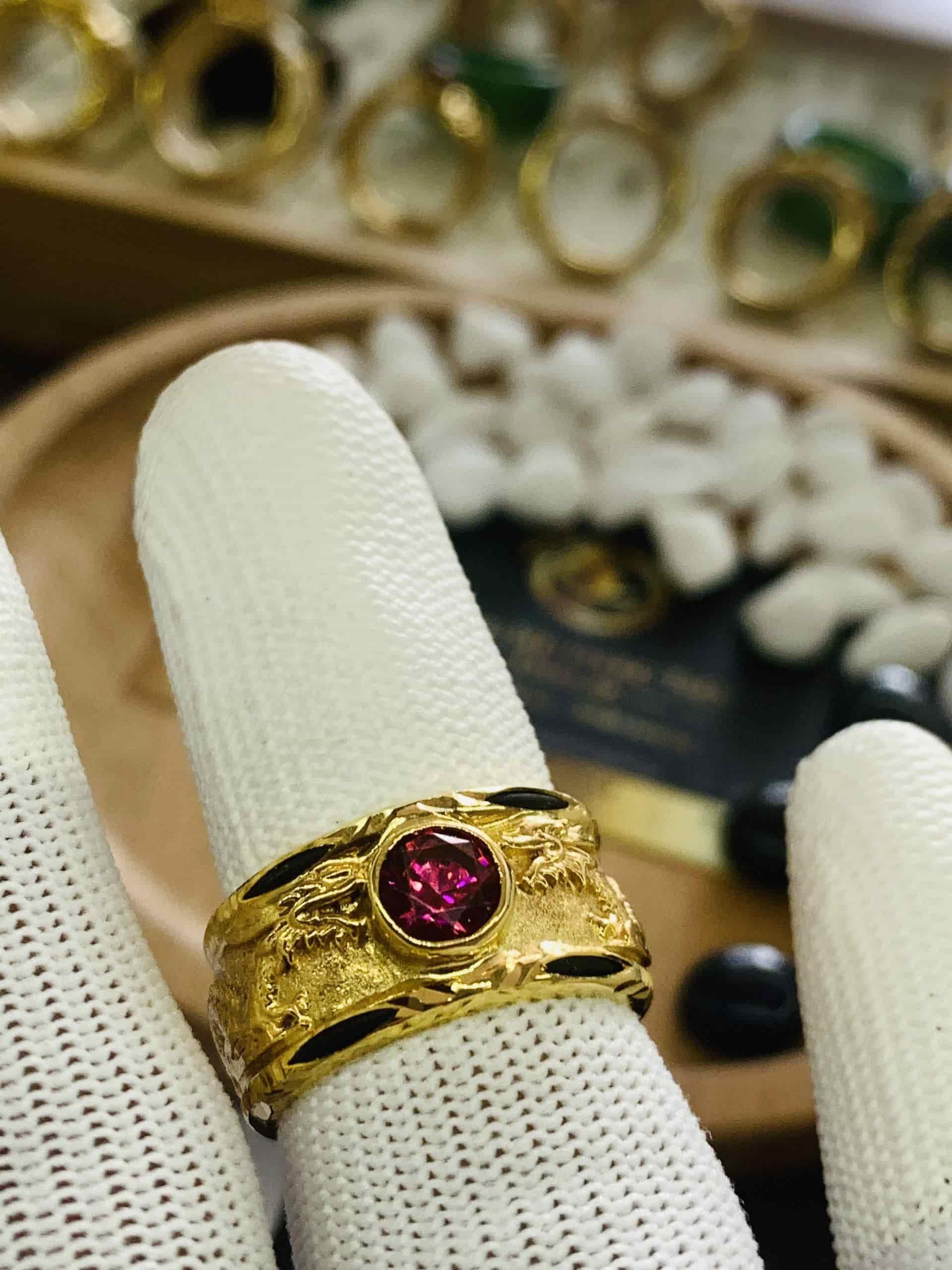 Nhẫn vàng 18K hình Rồng đính ngọc CZ đỏ