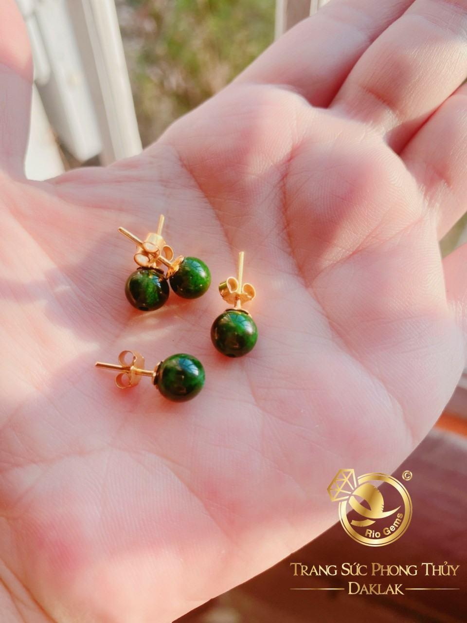 """Bông tai ngọc Jade lên vàng phong thủy RIOGEMs được """"sủng ái"""" nhờ độ bền cao, màu sắc xanh sáng bóng của Ngọc Jade"""