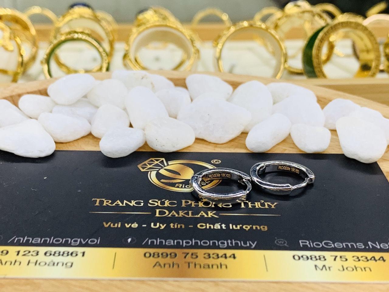 Sản phẩm bông tai vàng trắng phong thủy RIOGEMs được làm từ chất liệu vàng trắng 18K cao cấp vừa sang trọng vừa hợp túi tiền