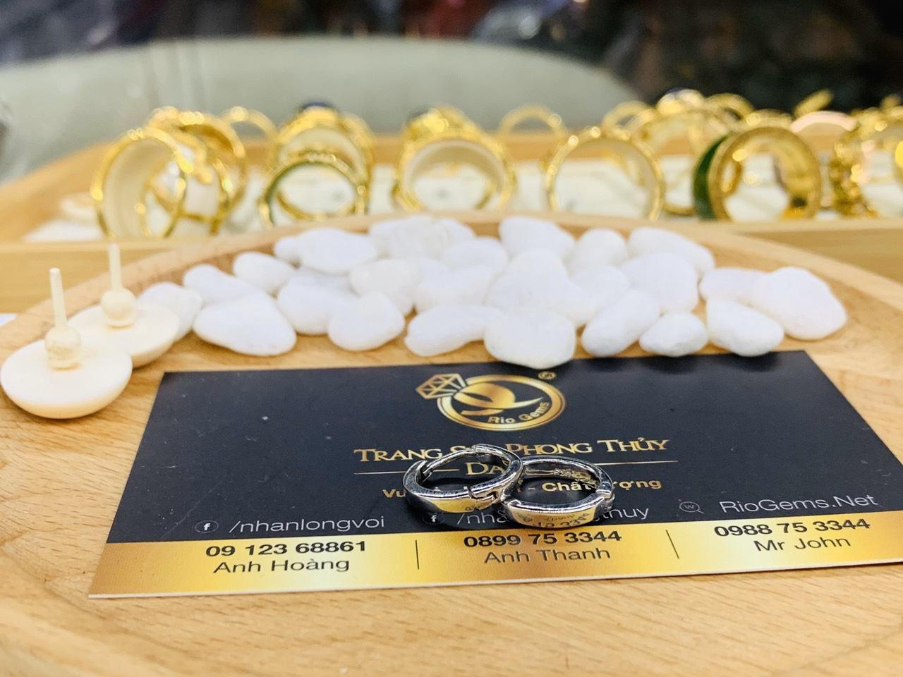 Cặp bông tai vàng trắng được chế tác với thiết kế nhỏ xinh, dễ thương là sự lựa chọn hoàn hảo cho hội chị em