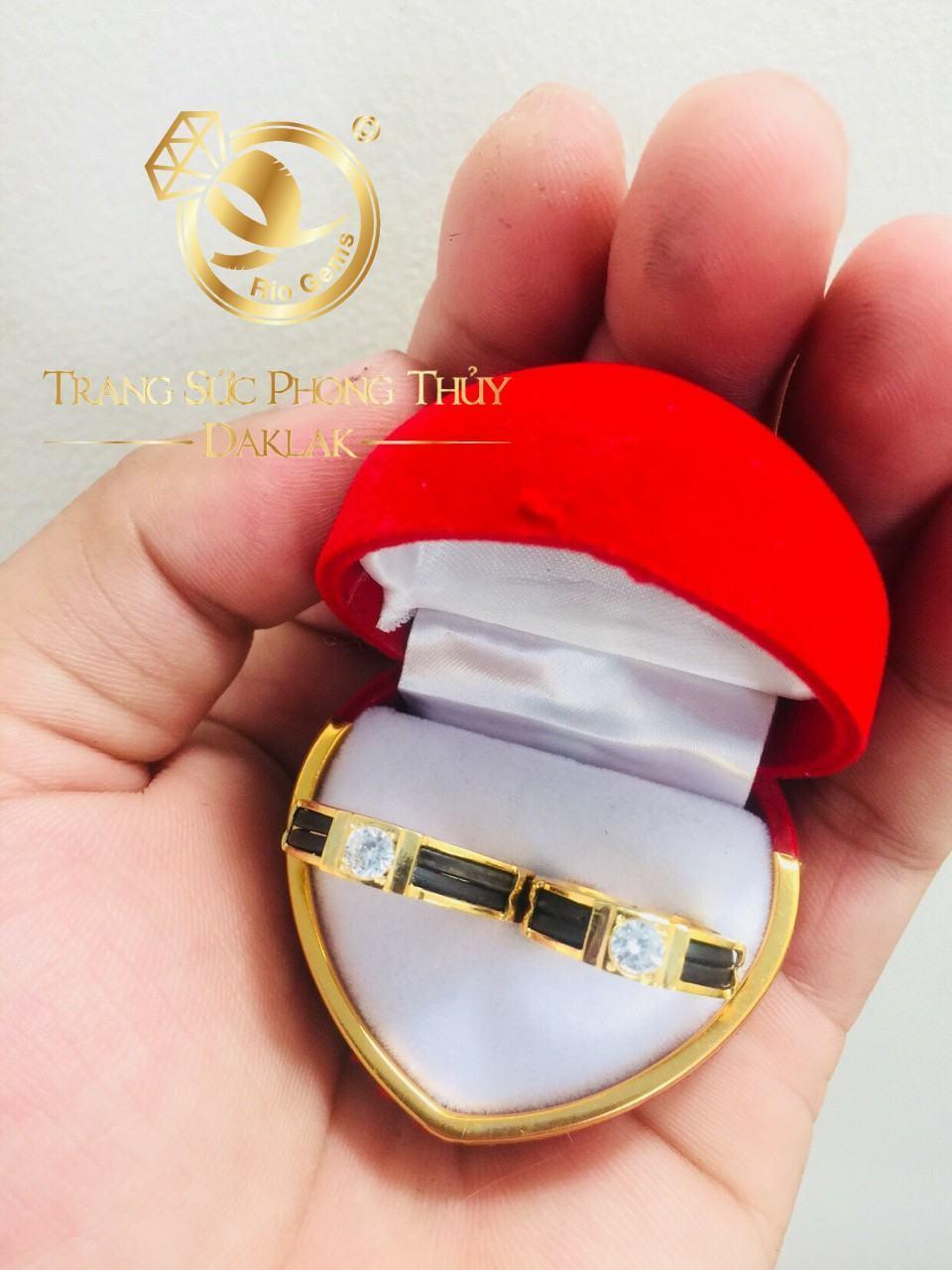 Mặt nhẫn được thiết kế nổi bật với viên đá Zircon kết hợp luồng lông voi ở thân nhẫn toát lên vẻ đẹp truyền thống pha lẫn chút hiện đại độc đáo