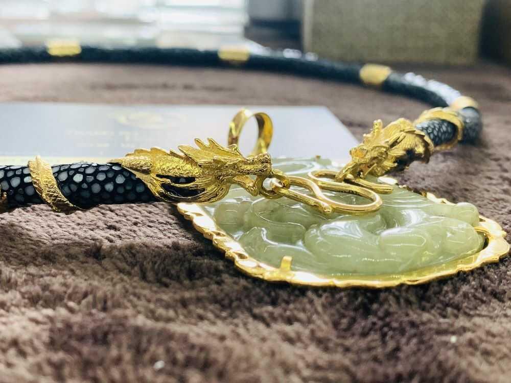 Dây chuyền da cá đuối đen bọc 2 rồng cuộn vàng phong thủy công phu, hoàn mỹ
