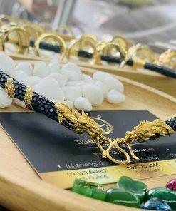 Dây chuyền da cá đuối đen bọc 2 rồng cuộn vàng phong thủy sang trọng