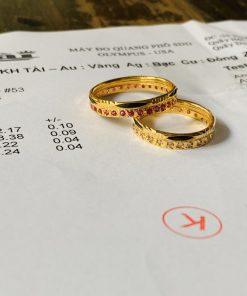 giấy phổ vàng Cặp nhẫn đính 1 hàng đá tấm trắng, đỏ CZ vàng 18K