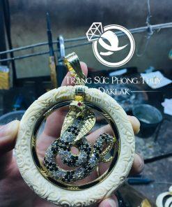 Mặt dây chuyền mãng xà đính đá gồm vòng ngọc bạch tự nhiên kết hợp với lông đuôi Voi tinh xảo