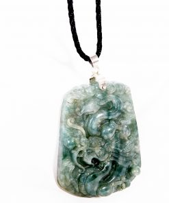 Điểm nhấn của mặt dây chuyền rồng là hình ảnh rồng uốn lượn được chạm khắc tỉ mỉ nên đá cẩm thạch