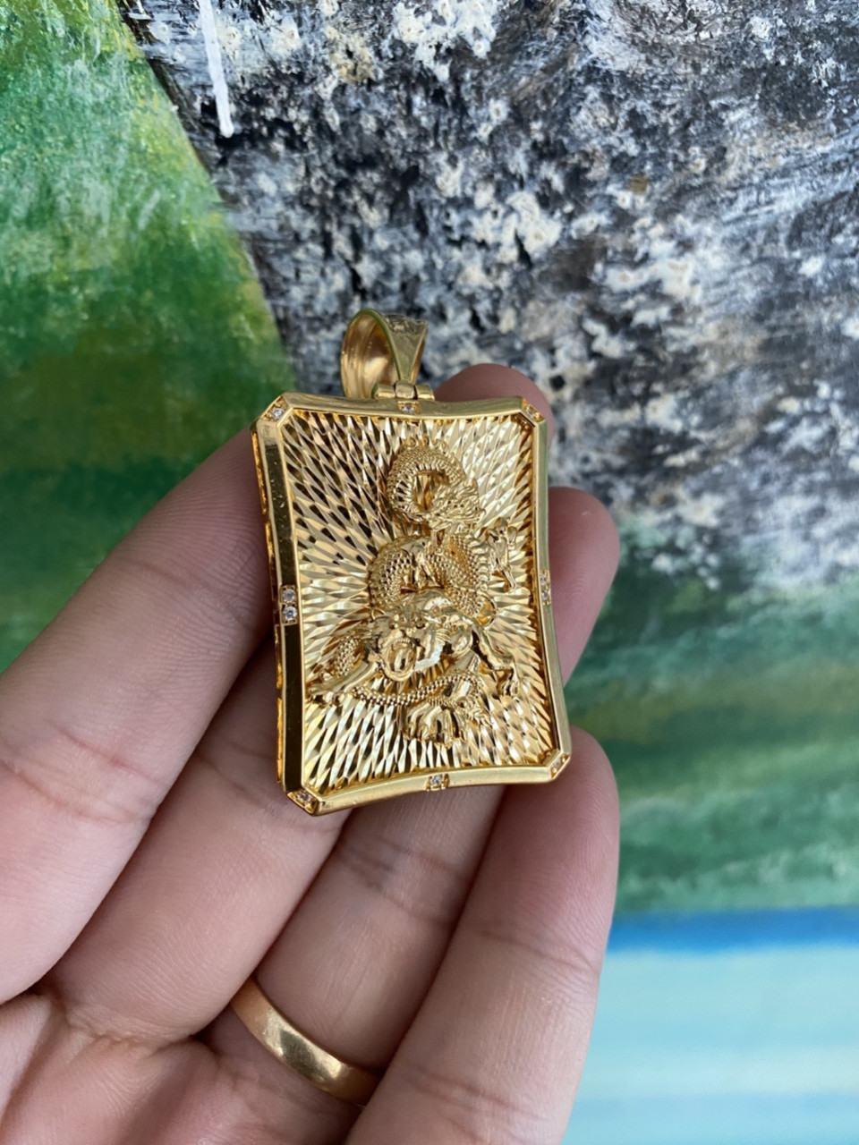 Mặt dây chuyền rồng vàng nguyên khối được chạm khắc tỉ mỉ, chuyên nghiệp