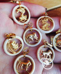 Mặt dây chuyền vàng 12 con giáp mini phong thủy kết hợp với dây đeo vàng, bạc, da,... đều rất ấn tượng