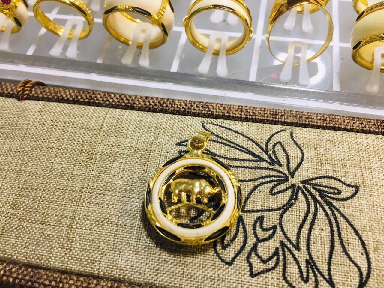 Mặt dây chuyền vàng 12 con giáp xỏ lông voi phong thủy đẹp nhất