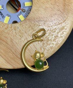 Mặt dây hình con chuột vàng đính đá ngọc xanh lá bền bỉ và đồng hành cùng bạn theo thời gian