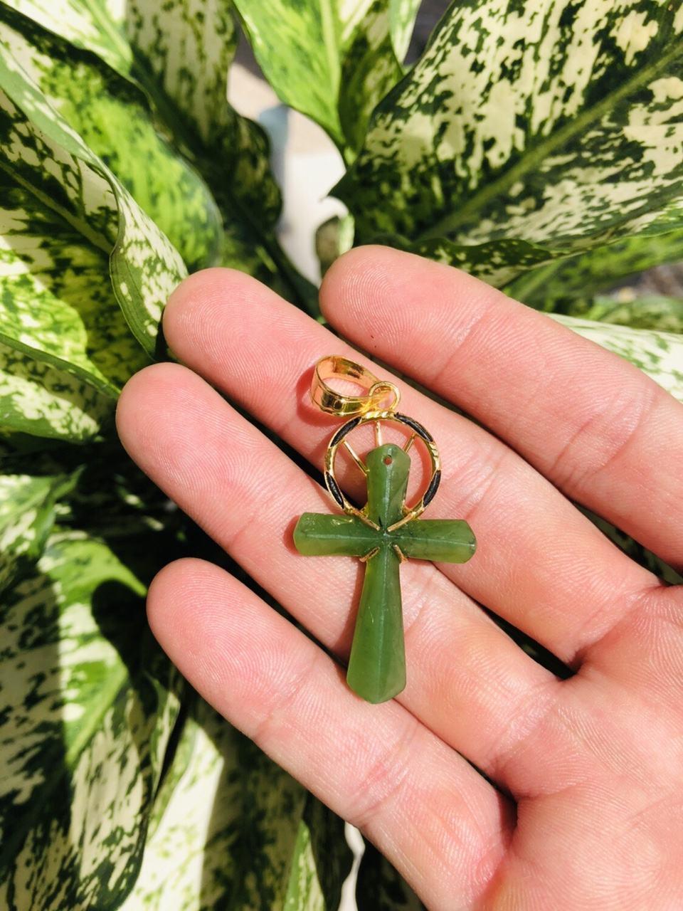 Mặt dây hình Thánh giá bằng ngọc bích bọc vàng sang trọng