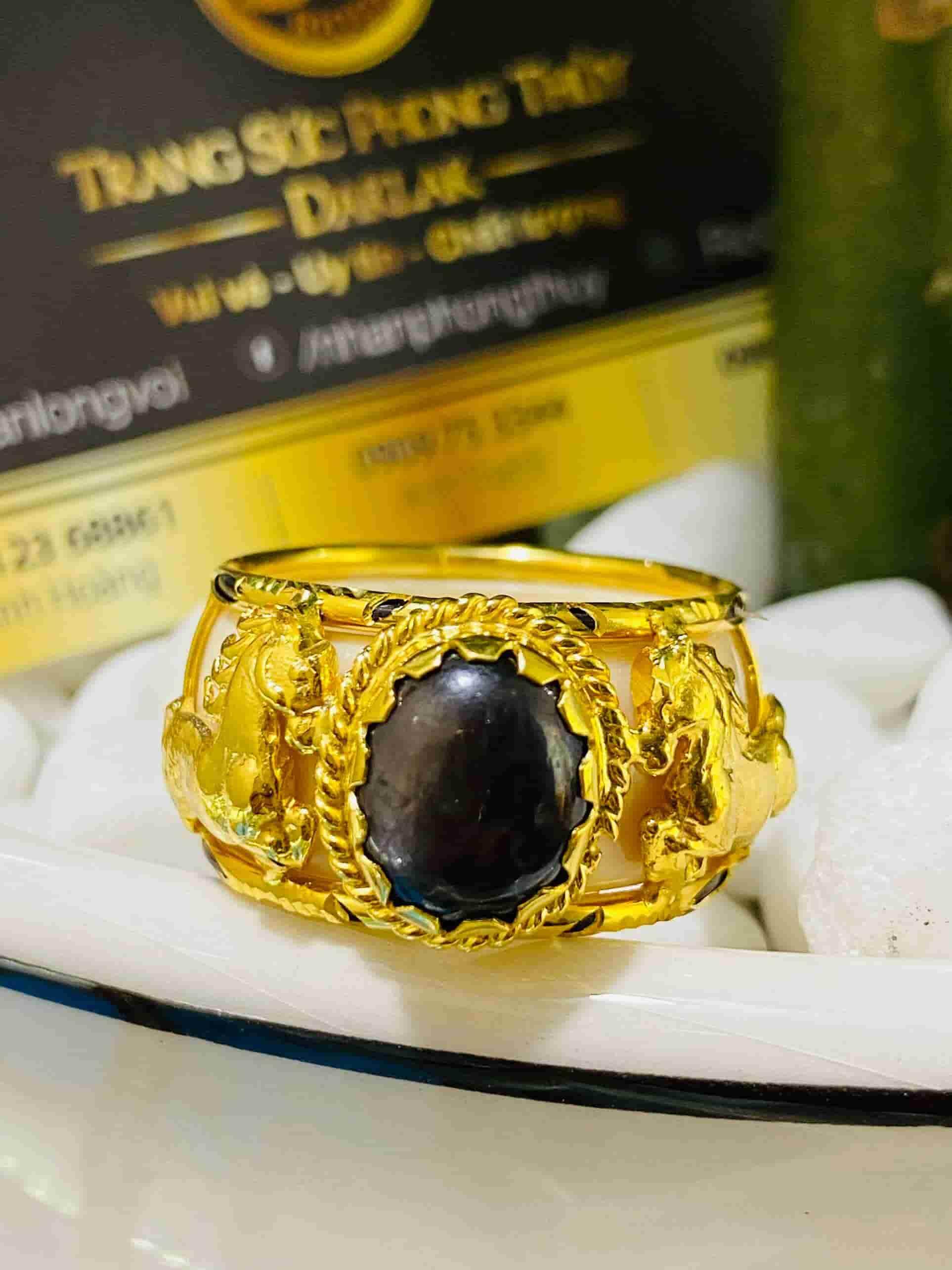 Nhẫn 2 Ngựa vàng Sapphire đen Buôn Hồ