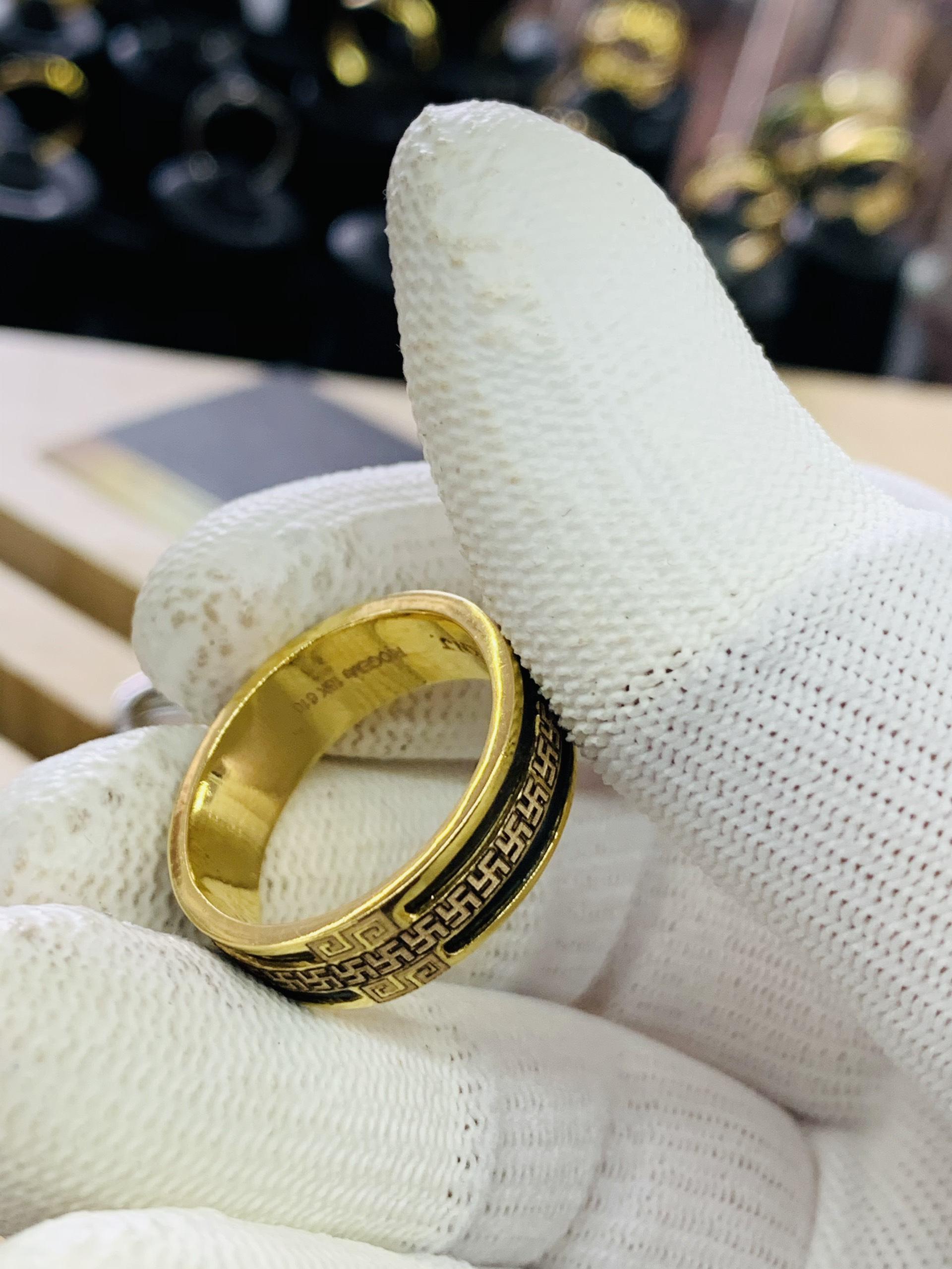 Nhẫn vàng chữ vạn 2 viền lông voi vàng 18K – hợp ngón GIỮA tay TRÁI