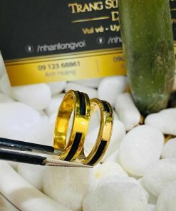 Nhẫn cưới vàng 18K dưới 3 triệu đính đá Cz & luồng lông FAKE RIOGEMs dành cho các cặp đôi