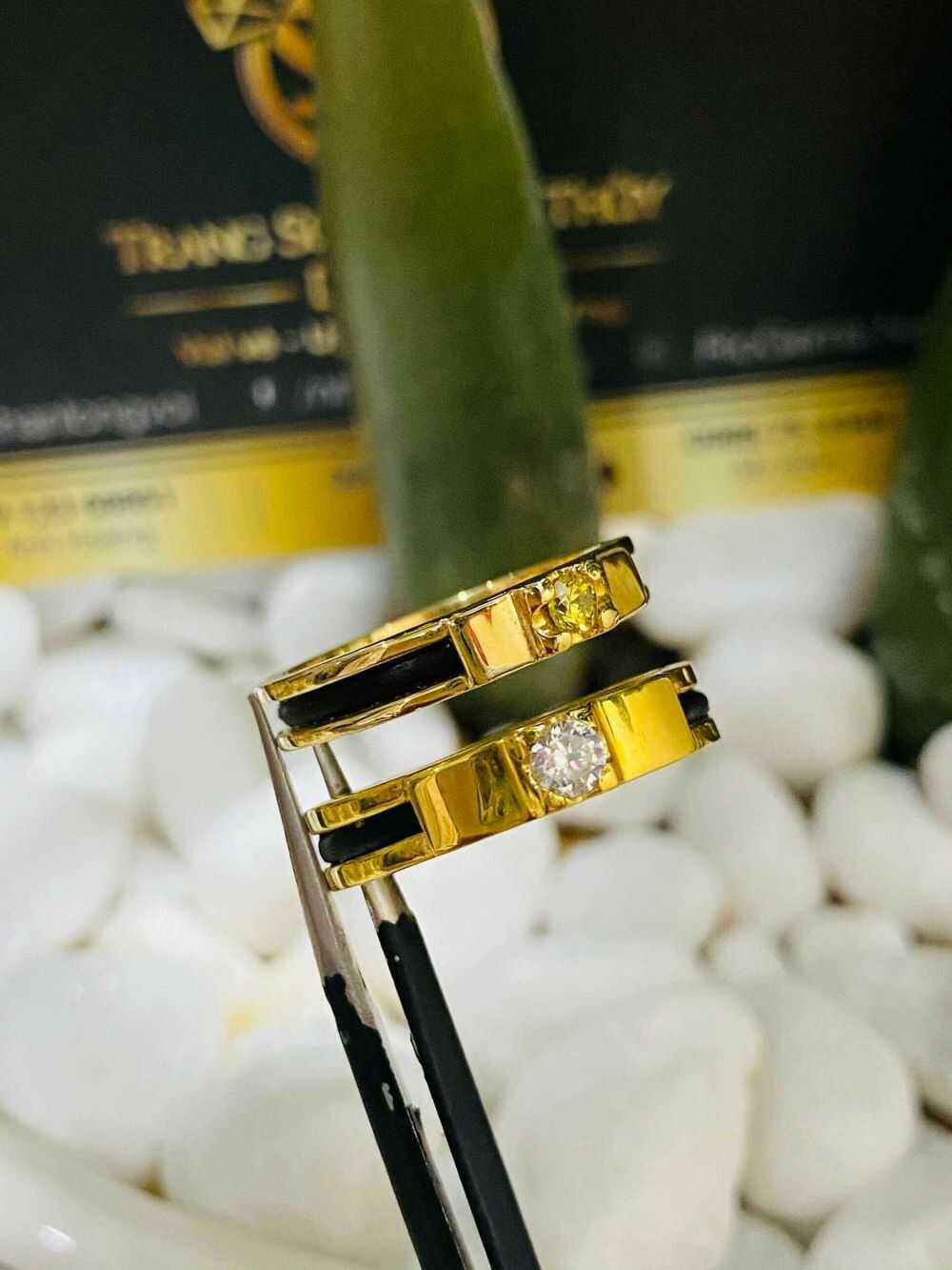 Nhẫn cưới vàng 18K dưới 3 triệu đính đá Cz & luồng lông FAKE sang trọng