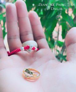 Mỗi chiếc nhẫn là một nửa trái tim được đính đá Cz lấp lánh và tìm thấy nhau dưới bàn tay sáng tạo của RIOGEMs