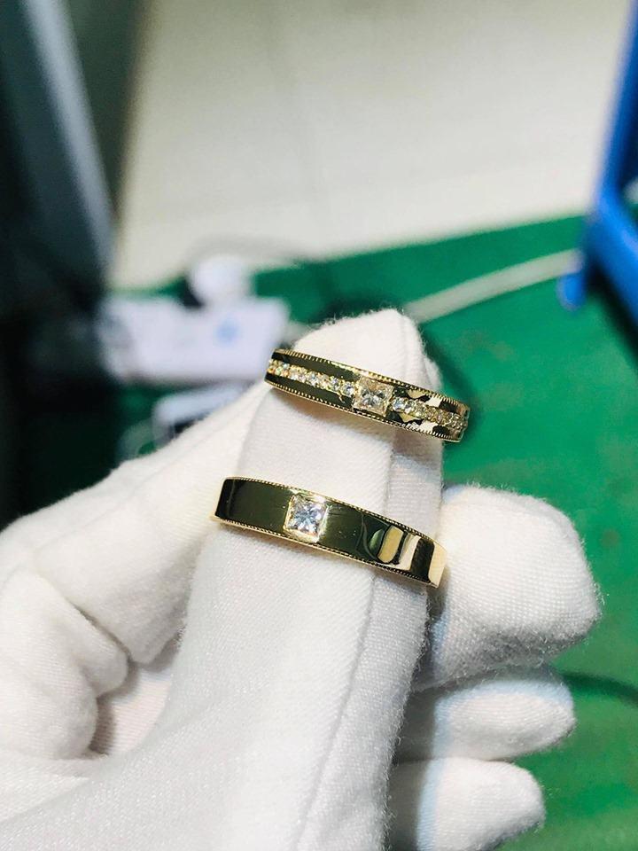 Cặp nhẫn đính hôn vàng 18K đính đá với hai bản to, nhỏ phù hợp với ni tay nam và nữ